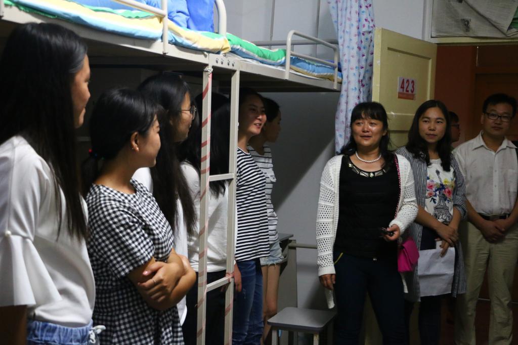 信息院领导走访新生宿舍看望新同学-塔里木大学信息